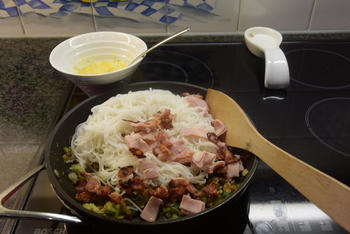 Bami goreng: met ontbijtspek, ham, eieren en groenten 6