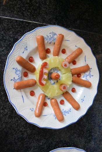 Hapje voor de kinderen, zonnetje met ananas en worstjes 2