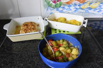 Kabeljauw met krokant korstje, spruiten met kerstomaatjes en ovenaardappeltjes 8