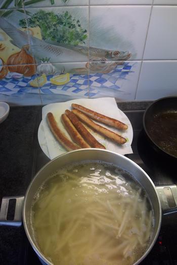 Ovenschotel met pasta, spinazie, worst, ham en kaassaus 4