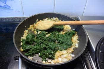 Ovenschotel met pasta, spinazie, worst, ham en kaassaus 5