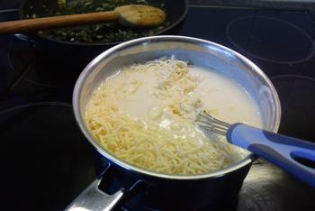 Ovenschotel met pasta, spinazie, worst, ham en kaassaus 6
