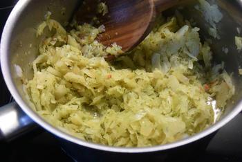 Vegetarisch bladerdeeg gebakje met witte kool, ei en paprikasaus 3