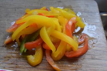 Vegetarisch bladerdeeg gebakje met witte kool, ei en paprikasaus 4
