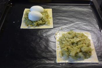 Vegetarisch bladerdeeg gebakje met witte kool, ei en paprikasaus 6