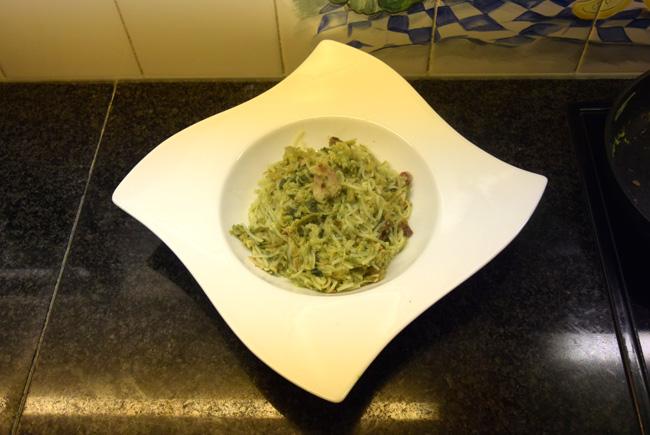 Bami goreng: met ontbijtspek, ham, eieren en groenten 1