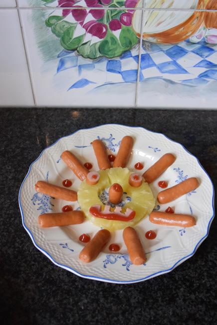 Hapje voor de kinderen, zonnetje met ananas en worstjes 1