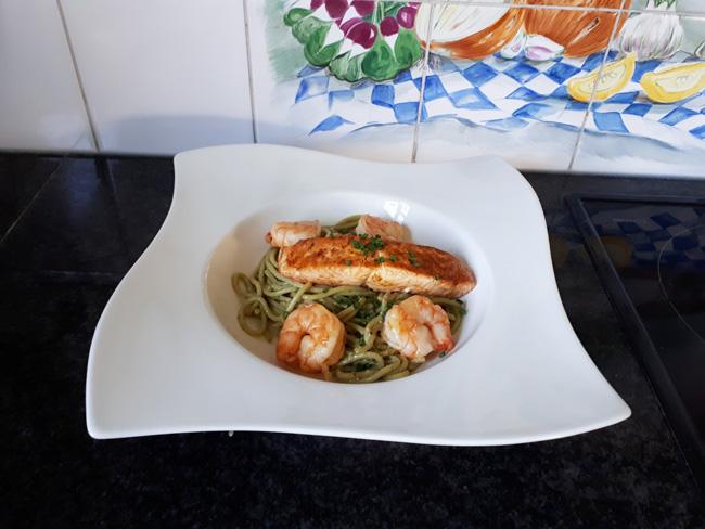 Pasta met pesto, zalm en scampi 1