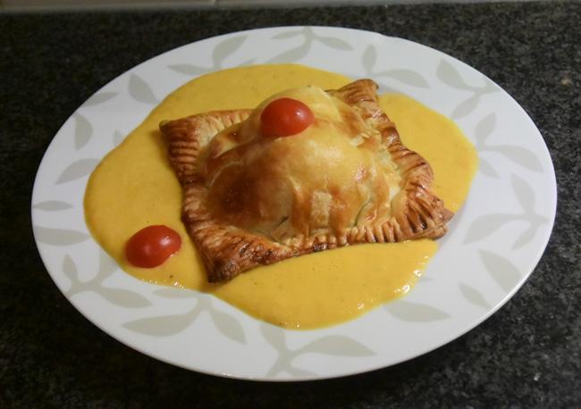 Vegetarisch bladerdeeg gebakje met witte kool, ei en paprikasaus 1
