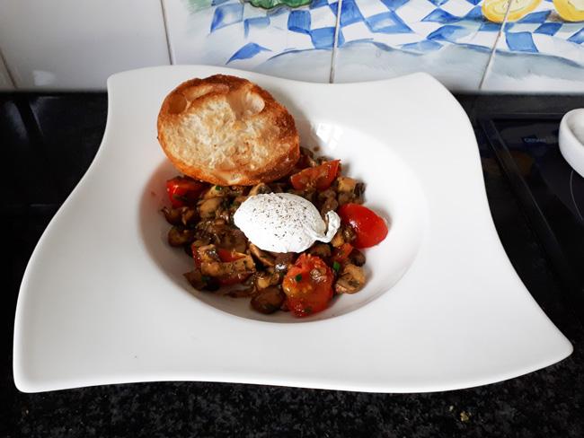 Vegetarisch: Champignons met tomaatjes en gepocheerd ei 1