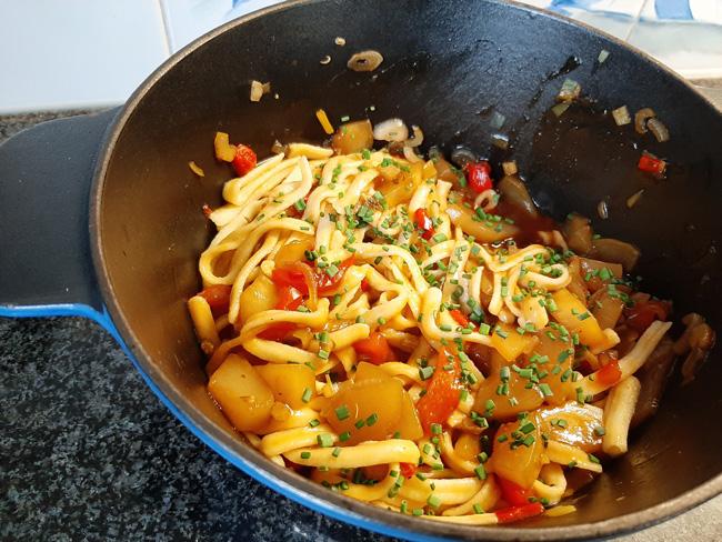 Vegetarische pikante, zoet zure pasta of Thaise curry 1