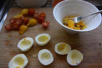 Koude schotel met sla, gevulde eitjes en gerookte zalm 5