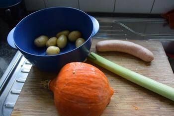 Ovenschotel van pompoen, prei, aardappeltjes en braadworst 2