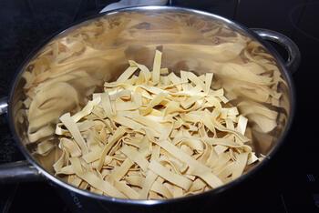 Pasta met pesto, groentjes en gerookte zalm 3