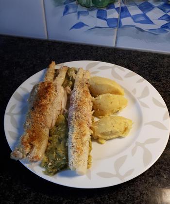 Rolletjes van gebakken rog met asperges, sausje en prei 8