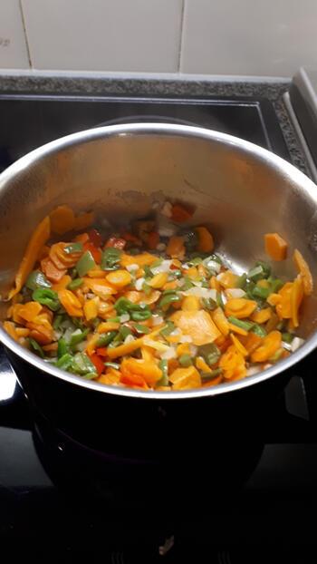 Vegetarische pasta met linzen en tomatensaus 7