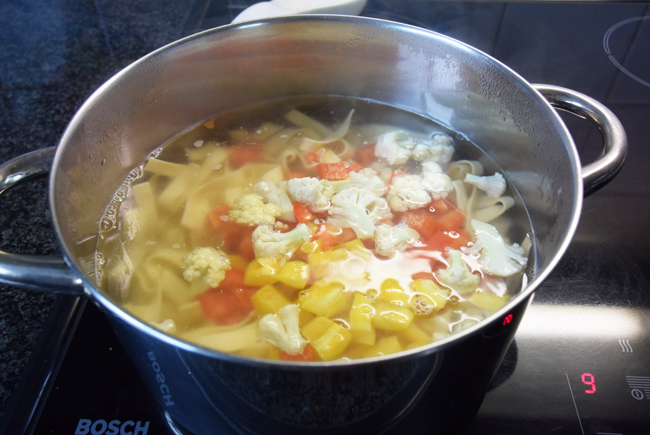 Pasta met pesto, groentjes en gerookte zalm 1