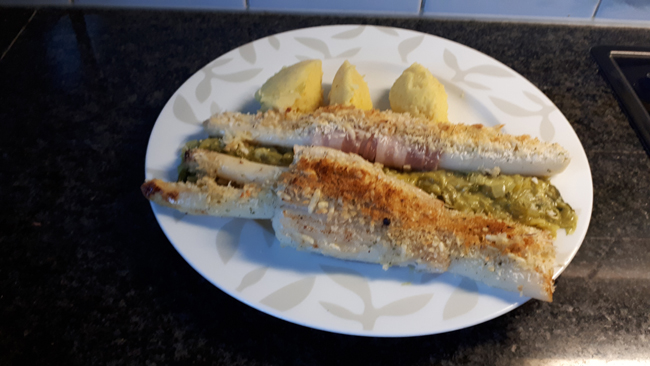 Rolletjes van gebakken rog met asperges, sausje en prei 1