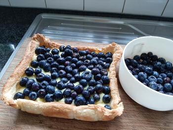 Bladerdeegtaart met pasteibakkersroom en blauwe bessen 10