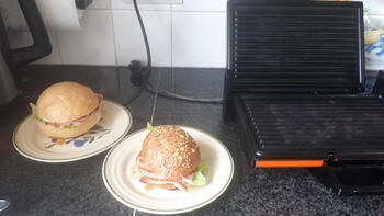Broodje met gegrilde ham, sla en een sausje 2