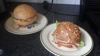 Broodje met gegrilde ham, sla en een sausje 3