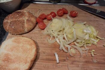 Broodje met gehakt, witloof en kerstomaatjes 5