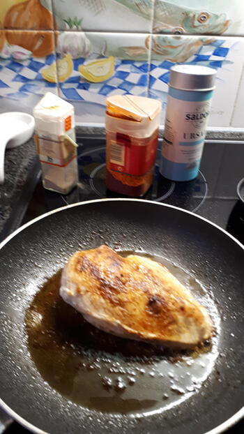 Kipfilet, champignons en kerstomaatjes in romige pestosaus. 3
