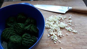 Op huid gebakken roodbaarsfilet met spinazie en pasta met rode pesto 2
