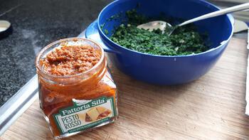 Op huid gebakken roodbaarsfilet met spinazie en pasta met rode pesto 6