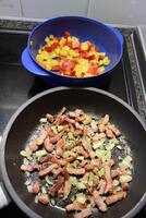 Ovenschotel van brood, spekblokjes, eieren en groenten. 2