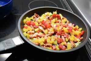 Ovenschotel van brood, spekblokjes, eieren en groenten. 3