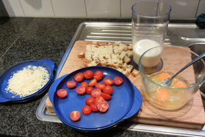 Ovenschotel van brood, spekblokjes, eieren en groenten. 4