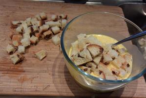 Ovenschotel van brood, spekblokjes, eieren en groenten. 5