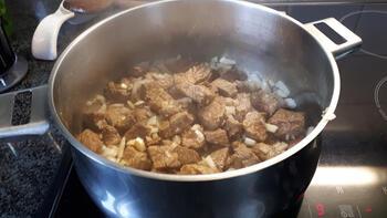 Ovenschotel van rundstoofvlees met groentjes en aardappelpuree 4