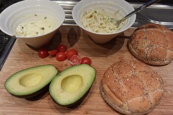 Zalmburger met witloof en avocado 8