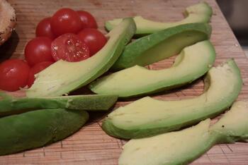 Zalmburger met witloof en avocado 9