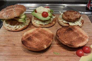 Zalmburger met witloof en avocado 10
