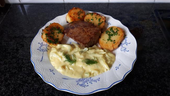 Biefstuk, venkel met zure eiersaus en gebakken aardappelen. 1