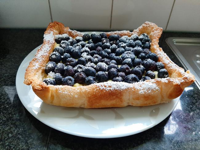 Bladerdeegtaart met pasteibakkersroom en blauwe bessen 1