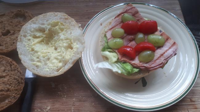 Broodje met gegrilde ham, sla en een sausje 1