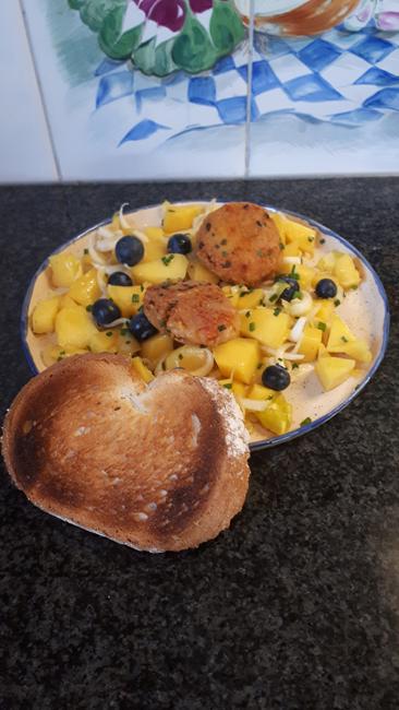 Krabkoekjes met mango, witloof en blauwe bessensla 1