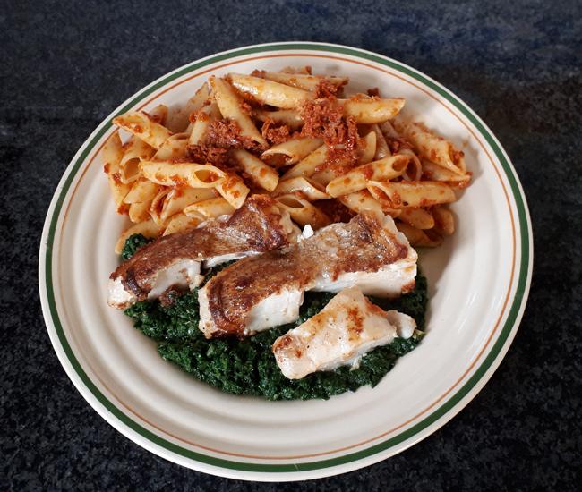 Op huid gebakken roodbaarsfilet met spinazie en pasta met rode pesto 1