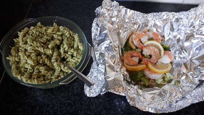 Papillot met scampi en broccoli en koude pasta met pesto. 1