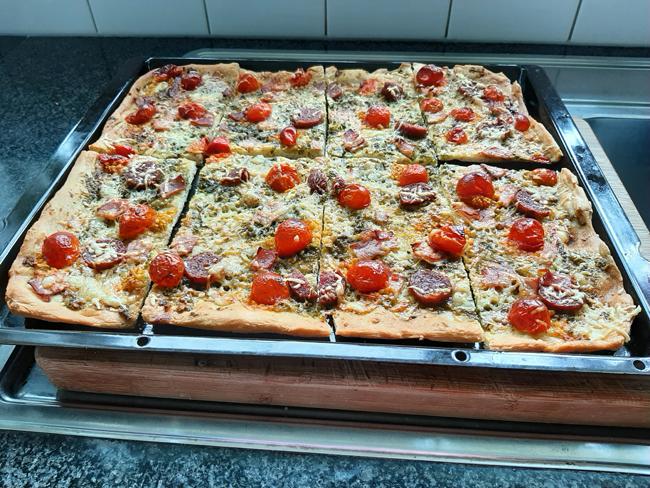 Pizza met pesto, ham, kaas, droogworst en kerstomaatjes. 1